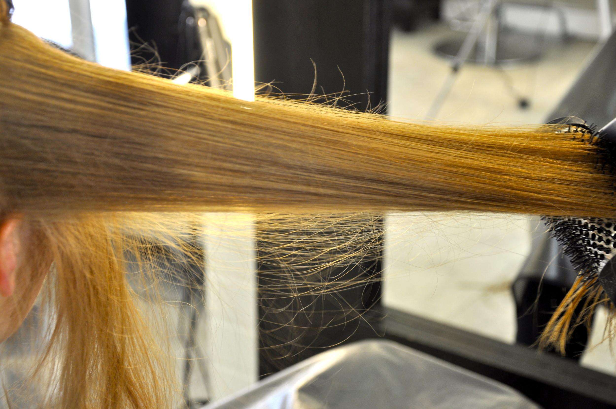 Hiukset föönattiin luonnollisen taipuisaksi