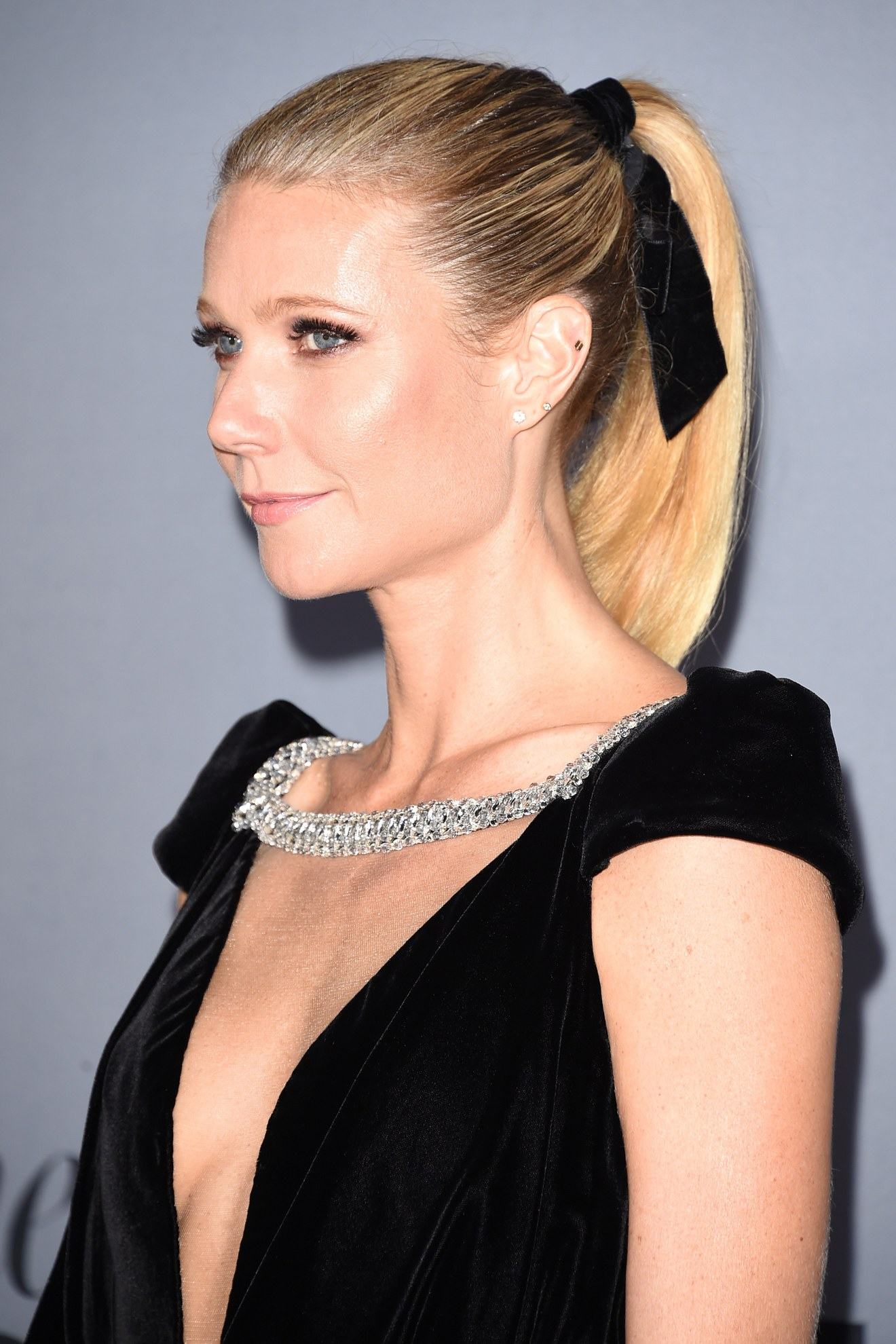 02-gwyneth-paltrow-hair-ribbon-bow